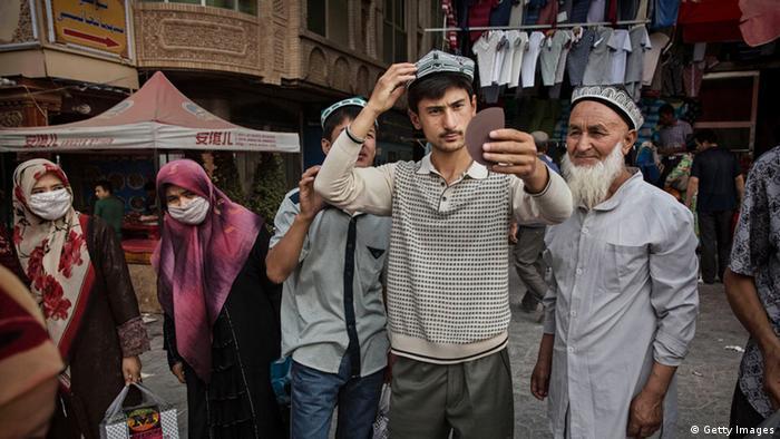 China Xinjiang Uiguren Bärte Kopftücher Verbot