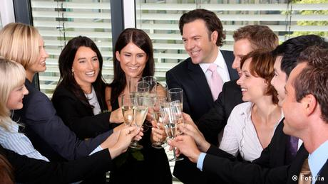 Office workers celebrating with sparkling wine (Fotolia)