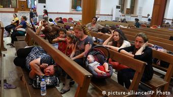 Refugiados kurdos en una iglesia de la ciudad iraquí de Erbil.
