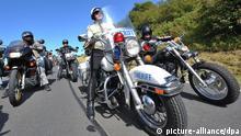 ARCHIV - Teilnehmer fahren am 16.08.2009 auf der Wasserkuppe bei Gersfeld bei einer Rundfahrt zum Abschluss des dreitägigen Harley-Davidson-Treffens Friendship Ride Germany 2009 mit. Das zweite große Harley-Davidson-Treffen in der Rhön mit schweren Motorrädern und Tausenden von Gästen sorgt für Krach in der Region. Harsche Kritik kommt von Umweltschützern und den Grünen. Foto: Uwe Anspach dpa/lhe (zu lhe 7201 vom 12.08.2010) +++(c) dpa - Bildfunk+++