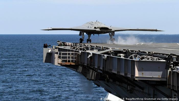 کمپانی آمریکایی نورثروپ گرومن در زمینه طراحی و تولید تجهیزات جنگافزاری، هواگردها و هواپیماهای جنگنده، کشتی، شناور و ناوهای هواپیمابر، ماهواره، سامانههای دفاع موشکی، رادار و تجهیزات پدافند هوایی فعالیت میکند. ۲۹ میلیارد دلار یا ۸۶ درصد کل فروش این کمپانی در سال ۲۰۱۹ از طریق فروش جنگافزار بهدست آمده است.