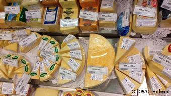 Сырный отдел в одном из московских супермаркетов