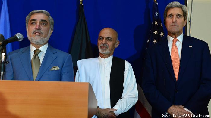 Kerry & Ghani & Abdullah. (Foto: AFP PHOTO/Wakil Kohsar (Photo credit should read WAKIL KOHSAR/AFP)