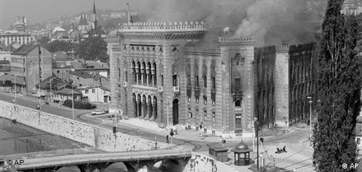 Pogođena Vijećnica u Sarajevu za vrijeme rata