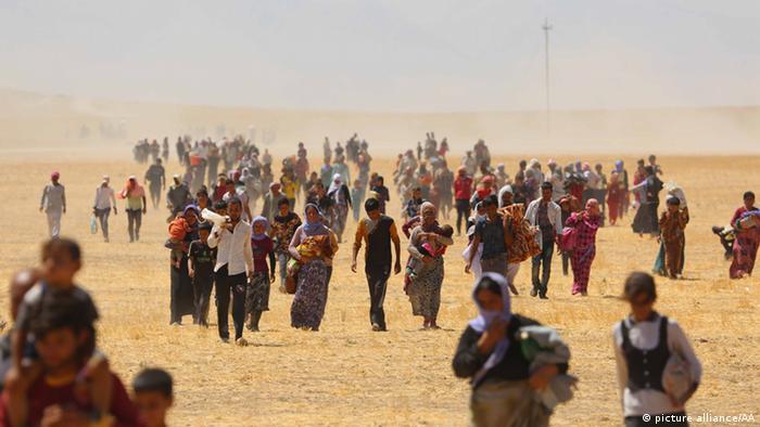 Éxodo del pueblo yazidi a través del desierto en el norte de Irak.