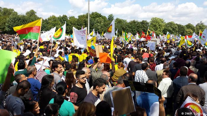 Protest von Jesiden in Bielefeld (Foto: M.Luetticke/DW)