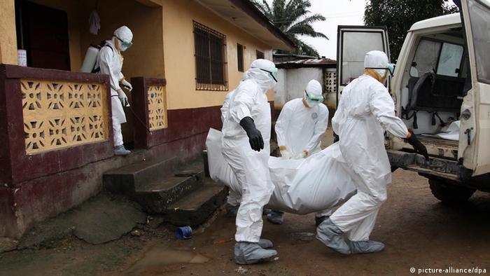 Abtransport von Ebola-Toten in Liberia. Foto: EPA/AHMED JALLANZO