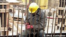 Tadschikischer Arbeitsmigrant auf einer Baustelle in Russland