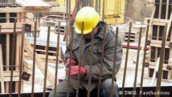 Строитель из Центральной Азии на стройплощадке