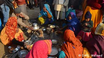 A view of villagers cooking their food collectively at the outskirts of Lucknow (Photo: DW/Suhail Waheed)