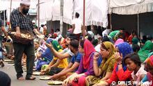 In a sikh Gurudwara where devotees are being fed in a Langar by a sikh sewadaar in Lucknow Keywords : Food making, India, veg , Lucknow Die Bilder sind von unsere Korrespondent Suhail Waheed.