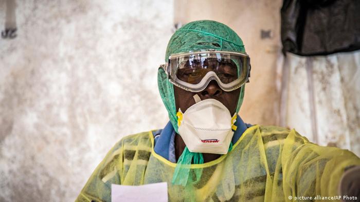 Schutzkleidung gegen Ebola in einem Krankenhaus in Sierra Leone (Foto: picture alliance/AP Photo)