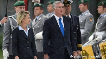 Ursula von der Leyen mit Michael Fallon 12.08.2014 Berlin