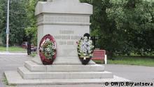 Auf dem Bild: Der Ehrenfriedhof in Moskau, wo die Opfer des Ersten Weltkrieges begraben sind, ist in Gefahr. Anstelle der Gräber soll ein Einkaufzentrum gebaut werden. Die Moskauer protestieren: die Organisation Für den Park hat sich für des Mahnmal eingesetzt und kämpft gegen die kommerziellen Pläne. Foto:Daria Bryantseva / DW im Juli 2014