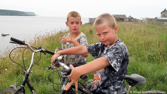 Дети на велосипедах на острове Итуруп