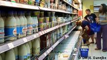 Regal mit Milchprodukten in einem Supermarkt in Minsk, Belarus. *** Autor: Elena Danejko, DW-Korrespondent in Belarus, 13.08.2014