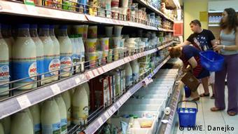 Молочные продукты на полках в магазине
