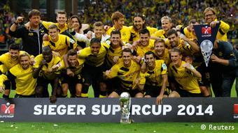 Igrači Borussije iz Dortmunda nakon pobjede nad Bayernom u Njemačkom superkupu