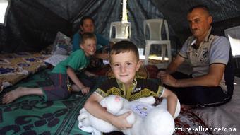 Vor IS-Terror geflohene Familie in einem Zelt (Foto: Ahmed Jalil/EPA)