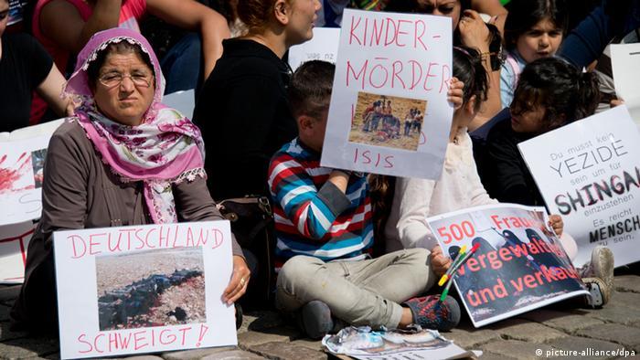 Jesiden demonstrieren in Hannover. Foto: Julian Stratenschulte/dpa.