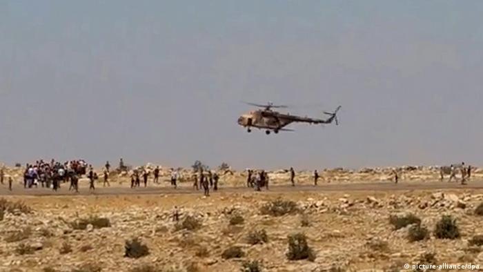 Landung eines irakischen Hubschraubers im Sindschar-Gebirge. Foto: Michel Reimon, dpa.