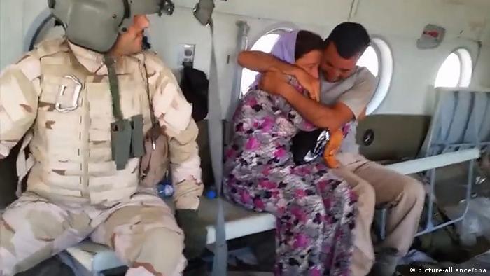 Ein Hubschrauber bringt jesidische Flüchtlinge in Sicherheit. Foto: Michel Reimon, dpa