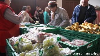 Раздача продовольствия нуждающимся