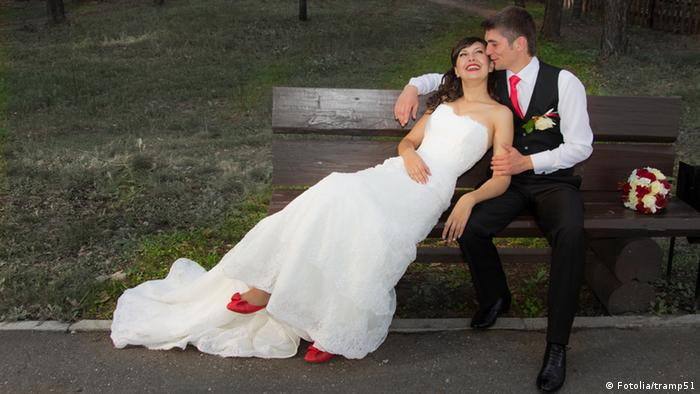 Bride with the groom on the bench (Photo: Fotolia/tramp51)