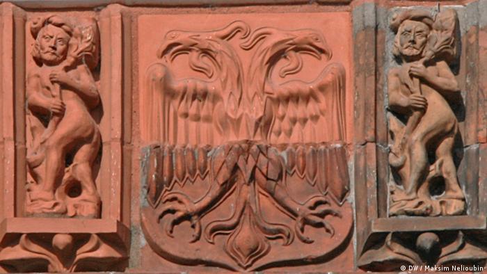 Терракотовые плитки на Голштинских воротах