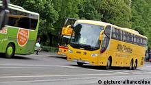 Ein ADAC Postbus passiert einen Reisebus des Unternehmens meinfernbus.de am 09.05.2014 in Leipzig (Sachsen). Die Stadt Leipzig hat wie andere große deutsche Städte noch keinen Weg gefunden, mit dem neuen Verkehr durch Fernreisebusse umzugehen. Es fehlt ein zentraler Busbahnhof (ZOB). Die Busse teilen sich derzeit einen Haltestellenbereich mit Touristenbussen. Foto: Jan Woitas/dpa (zu dpa Fernbus-Chaos: Kommunen für wachsendes Netz kaum gerüstet vom 16.06.2014)