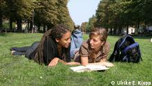 Studentinnen der Universität Bonn im Hofgarten liegend (Foto: Ulrike E. Klopp) Quelle: https://cams.ukb.uni-bonn.de/hkom/album/Studierende/index.html#