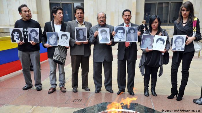 Recuerdan a las víctimas durante el ataque al Palacio de Justicia en Bogotá en 1985.