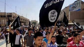 Pro-IS protesters holding up flags. (Photo: AP Photo)