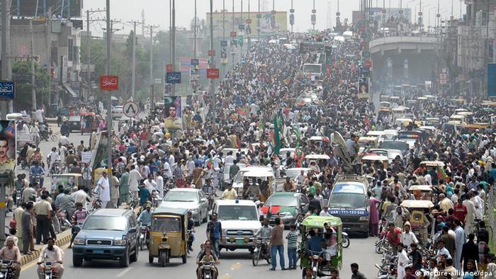 Pakistan Demonstration von Imran Khan Anhängern in Gujranwala (picture-alliance/dpa)