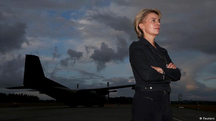Bundesverteidigungsministerin Ursula von der Leyen steht auf einem Flugplatz der NATO in Hohn (Foto: reuters)