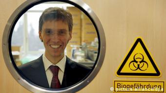 Der Direktor des Instituts für Virologie der Philipps-Universität Marburg Stephan Becker schaut aus einem Hochsicherheitslabor durch ein Fenster.