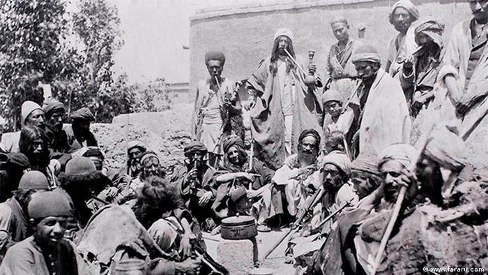 کثرت گدایان در هر کوی و برزن در اواخر دوران قاجار (۱۹۱۸) • عکس از آنتوان سوریوگین