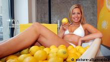 Ein Model posiert am Montag (22.02.2010) mit Zitronen im Schaufenster der Lemon Lounge in Berlin Mitte. Unter dem Motto Wir wollen Sie gesund startet der Apothekenverbund Vivesco seine Imagekampagne und eröffnete am 25.02.2010 die Lemon Lounge, Deutschlands gesündester Bar. Foto: Xamax