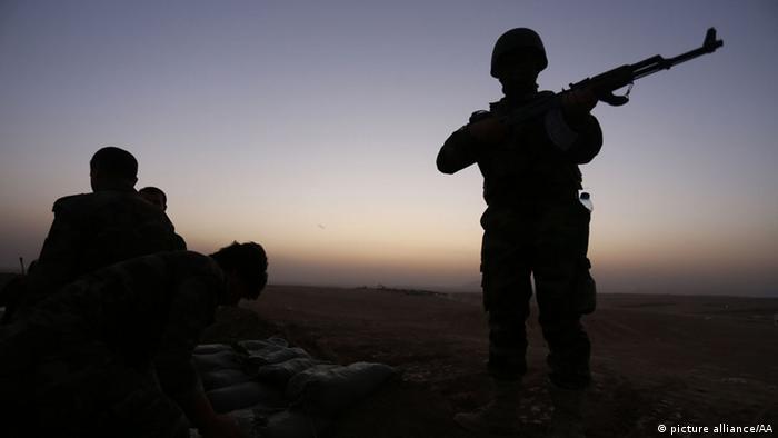 Schattenriss eines kurdischen Peschmerga-Kämpfers mit einem Gewehr in der Hand (Foto: picture alliance)
