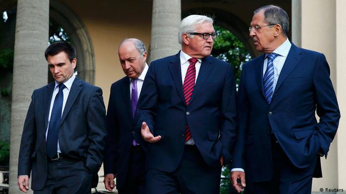 Як міністр закордонних справ Німеччини Франк-Вальтер Штайнмаєр (другий праворуч) активно долучився до спроб врегулювання конфлікту на Донбасі