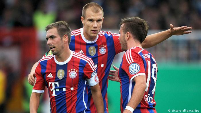 Después de 624 días sin fútbol Holger Badstuber (en el medio de Phlipp Lahm y Mario Götze) volvió a jugar.