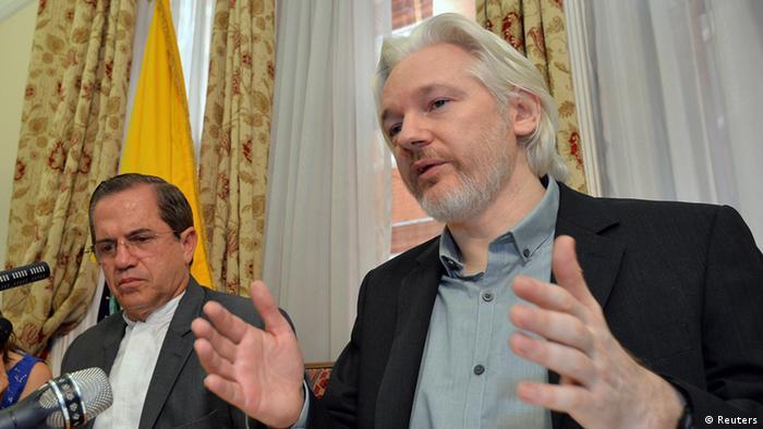 Julian Assange und Ecuadors Außenminister Minister Ricardo Patino bei einer Pressekonferenz in London am 18.08.2014 (Foto: REUTERS/John Stillwell/pool)