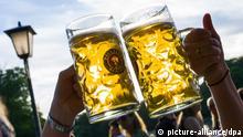 Zwei Maßkrüge im Biergarten am Seehaus in München