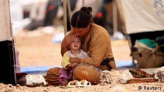 Женщина с ребенком в лагере для беженцев