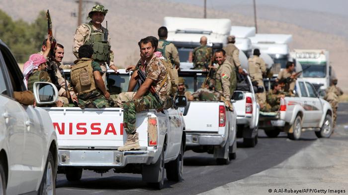 پیشمرگههای کرد در حال پیشروی به سمت سد موصل در روز ۱۷ اوت (۲۶ مرداد)؛ آنان حملات خود علیه دولت اسلامی را ادامه میدهند
