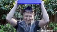 Facebook-Gründer Mark Zuckerberg macht in einem Video, das am 14.08.2014 auf Facebook veröffentlicht wurde, auf die Arbeit einer ALS-Stiftung aufmerksam, indem er sich Eiswasser aus einem Kübel über den Kopf schüttet (Screenshots). ALS (Amyotrophe Lateralsklerose) ist eine Erkrankung des Nervensystems. ACHTUNG: Nur zur redaktionellen Verwendung im Zusammenhang mit der Berichterstattung und bei vollständiger Nennung der Quelle: Foto: Facebook (Zu dpa Promis duschen eiskalt: Internet-Jux oder Segen für Medizin? vom 18.08.2014) +++(c) dpa - Bildfunk+++