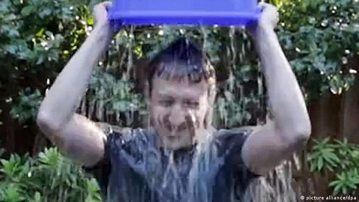 مارک زاکر برگ، بنیانگذار فیس بوک نیز به چالش سطل آب یخ پیوست.