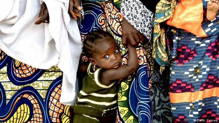 Südniger junges Mädchen mit ihrer Mutter (Foto: Naomi Conrad/DW)