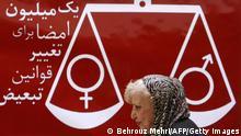 Iran Simin Behbahani vor Zeichen