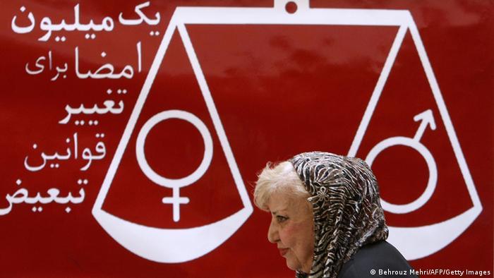 Iran Simin Behbahani vor Gleichberechtigungs- Zeichen